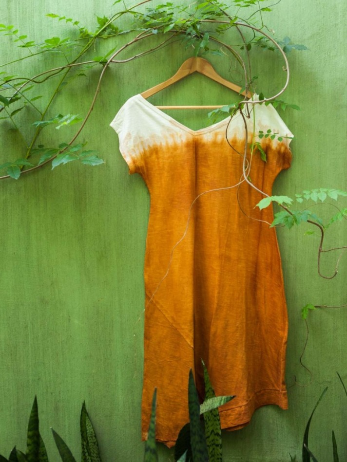 vestido-assimetrico-em-malha-flame-tingimento-vegetal-marmorizado-urucum-queimado_891968.jpg